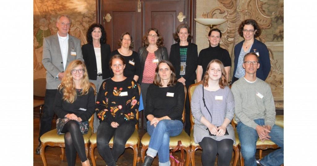 Erste Bürgermeisterin Helga Schmidt-Neder (hintere Reihe, Zweite von links) begrüßte bei der Meefisch-Vernissage neben Vertretern der Jury und des Arena-Verlages (stehend) auch fünf ausstellende Illustratoren in Marktheidenfeld.