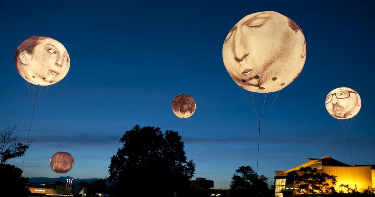 Zum Auftakt von Young Euro Classic 2014: 6 beleuchtete, heliumgefüllte Ballons auf dem Kulturforum, eine Installation der Künstlergruppe Mentalgassi