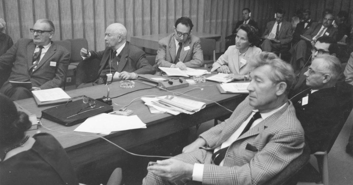 """1960 – zehn Jahre nach dem """"Kongress für kulturelle Freiheit"""", J.C.Witsch (Mitte unten) in einer  Arbeitsgruppe mit Theodor Heuss (Mitte links) und Marion Gräfin von Dönhoff, gefunden in der  Regenstein Library"""