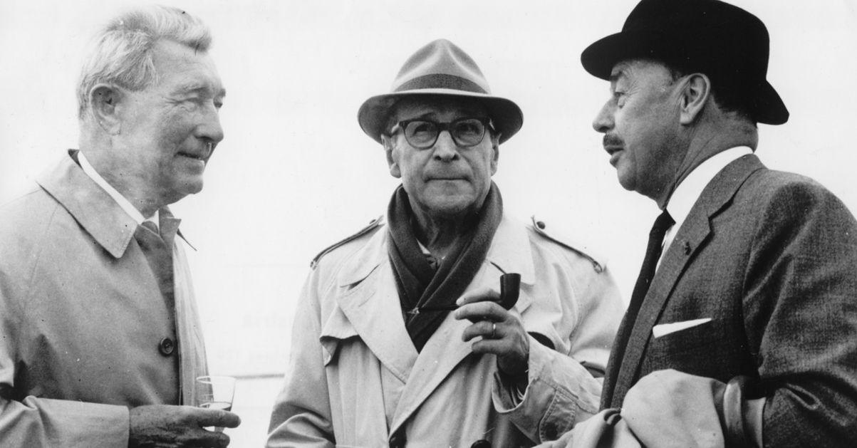 Joseph Caspar Witsch (links), Georges Simenon (Mitte) und sein niederländischer Verleger anlässlich der Bronzestatueeinweihung von Maigret   © Archiv Kiepenheuer & Witsch